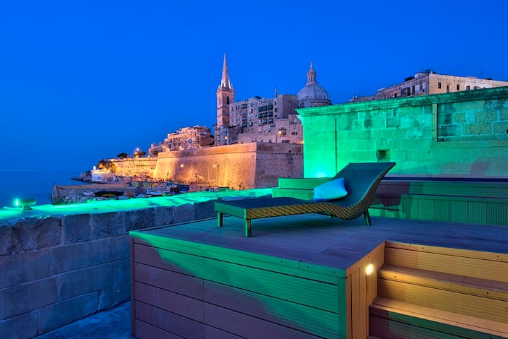 Seafront, Iconic Valletta 4-bedroom house and pool - Valletta - Hus