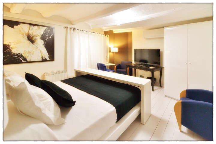 Room suite 20 minutes from the center of Barcelona - Molins de Rei - Dom