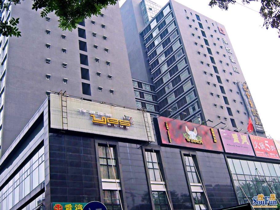 本公寓泰悦豪庭外观,楼下有餐厅、咖啡厅、啤酒屋