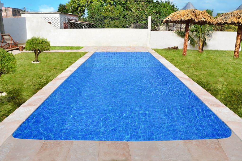 Fantastica piscina en el jardin con vistas al mar