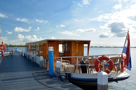 Salonboot De Nesch met schitterend uitzicht