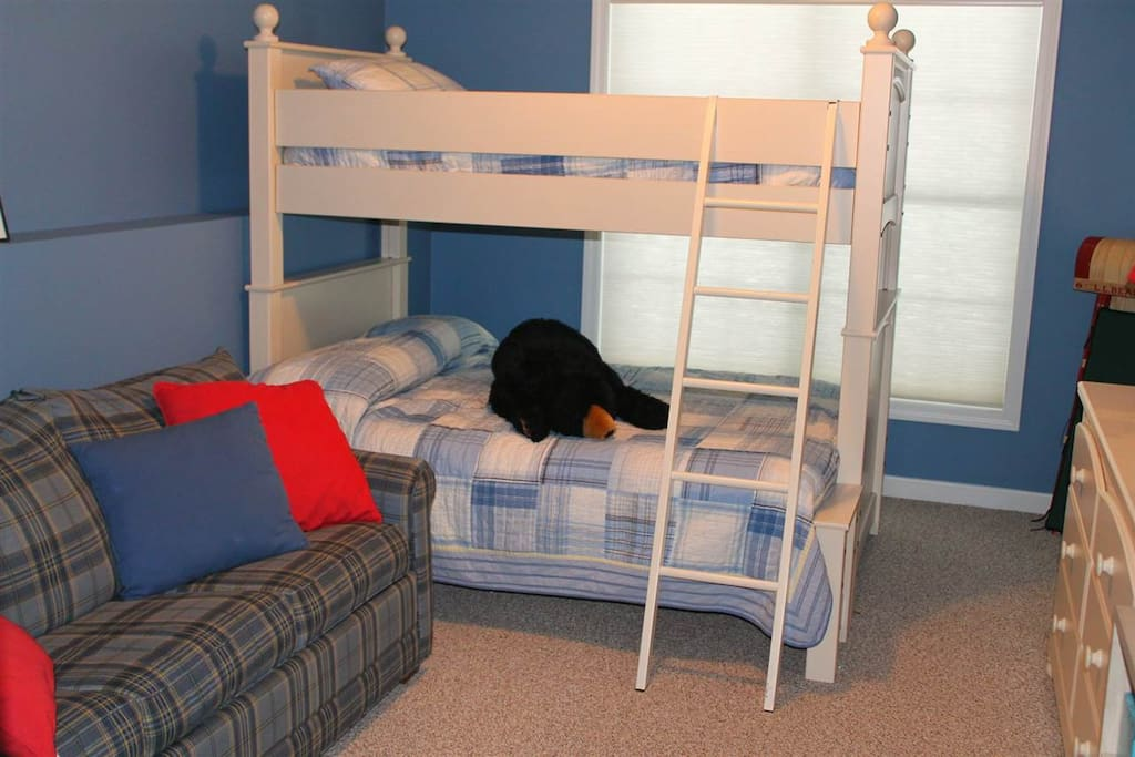 Downstairs Bunk Room, Single on top, double on bottom