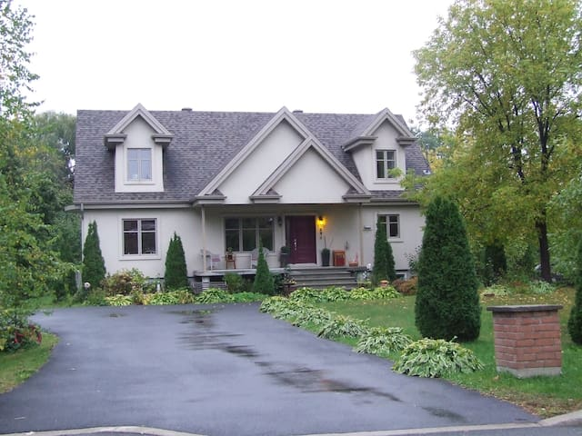 Beautiful house In Mont St-Hilaire! - Mont-Saint-Hilaire - Rumah