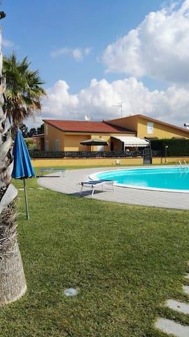 Villa con piscina - La Bruca - Huis