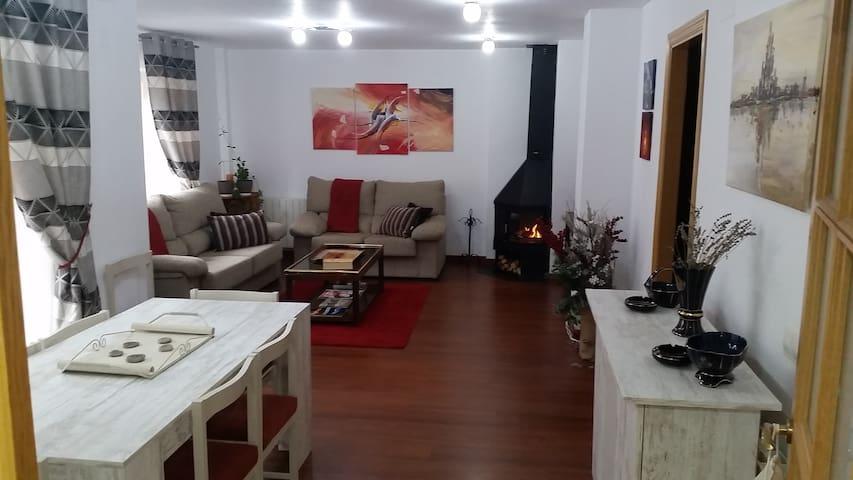 Apartamento vacacional con chimenea y piscina