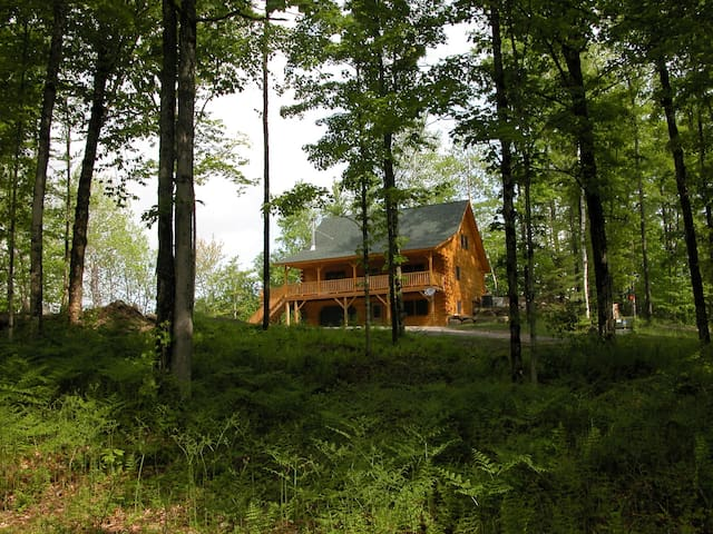 Beautiful Log Home in the woods! - Hardwick - Casa