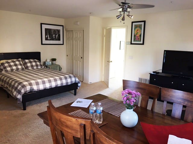 Cute, clean private studio Apt.Close to the beach!