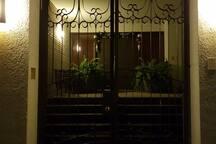 Entrada principal de casa, la entrada de la habitación privada es totalmente independiente a la casa.