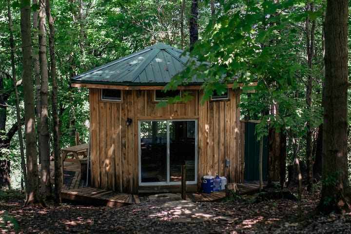 "Secluded Tiny ""Ginseng House"" Artist Retreat"