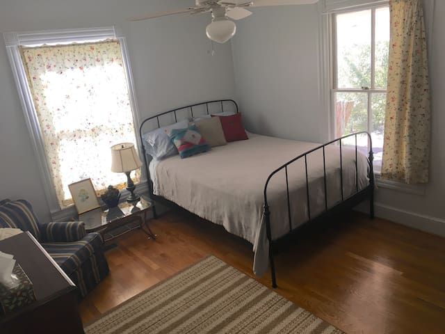 Cozy Apartment Inside Historic Bungalow - Hillsborough - Casa