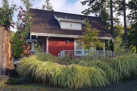 Pender Island Retreat - Luxury Cottage