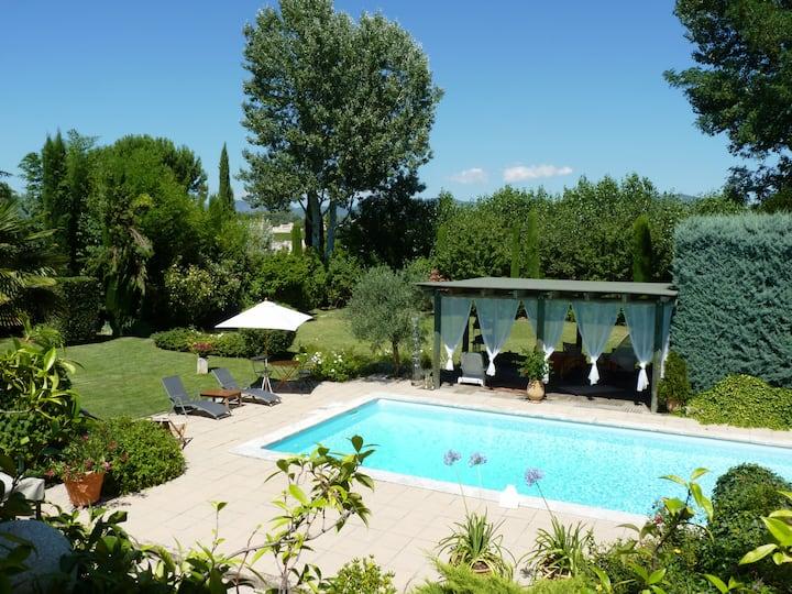 Appart. de charme avec superbe jardin et piscine