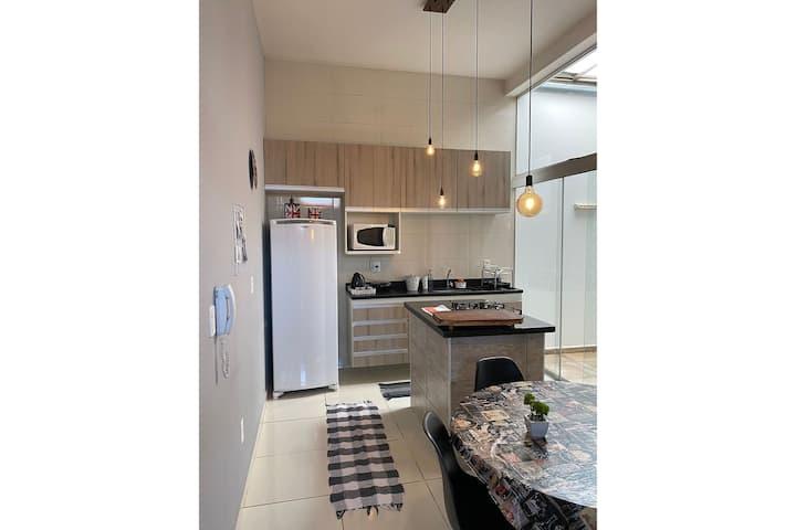 Apartamento novo, completo e bem localizado.