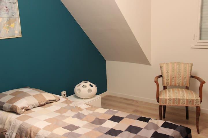Chambre/ Studio avec salle de bains privative.