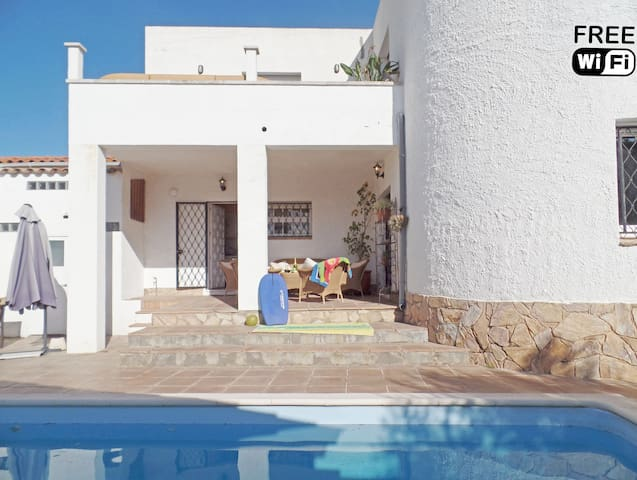 Lovely city villa, private pool, 950m from beach!