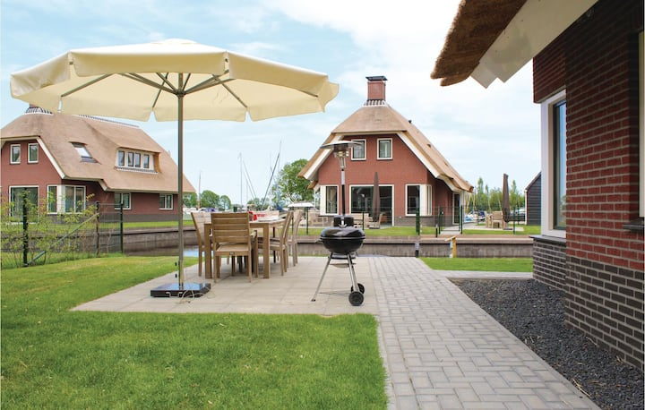 Holiday cottage with 4 bedrooms on 200m² in Idskenhuizen