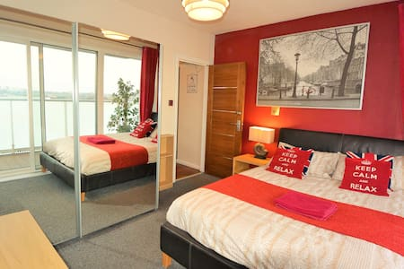 Zone 1 -Best Location! King Bed with Balcony & TV - London - Apartment