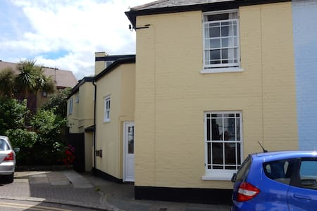 Cosy room, across the road from the beach - 惠斯塔布(Whitstable) - 独立屋