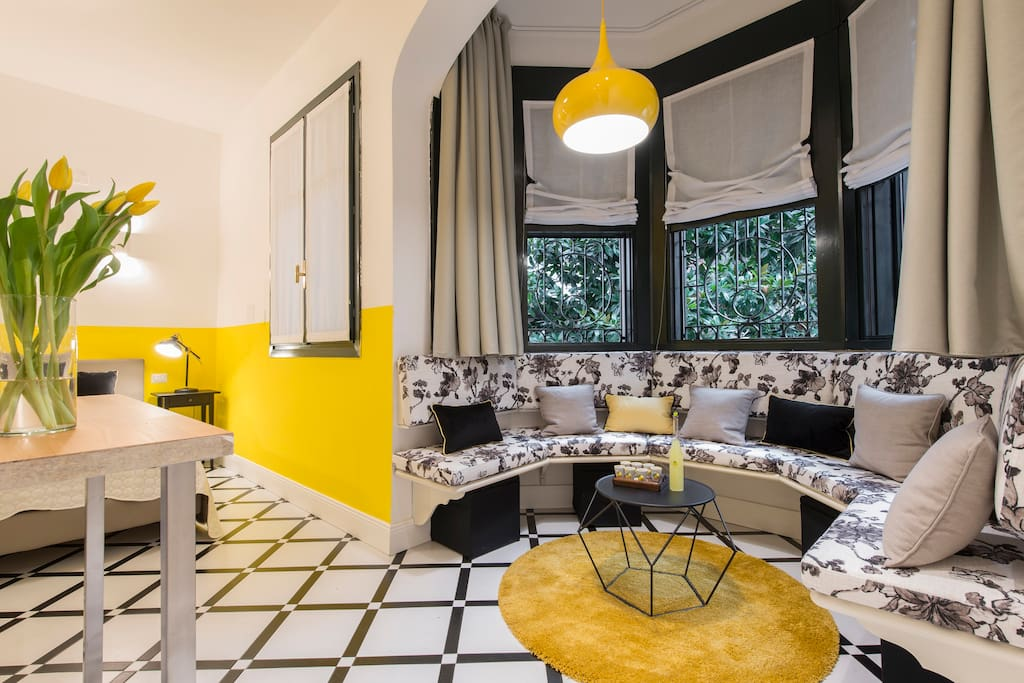 YELLOW: Suite deluxe - living room corner with bow windows