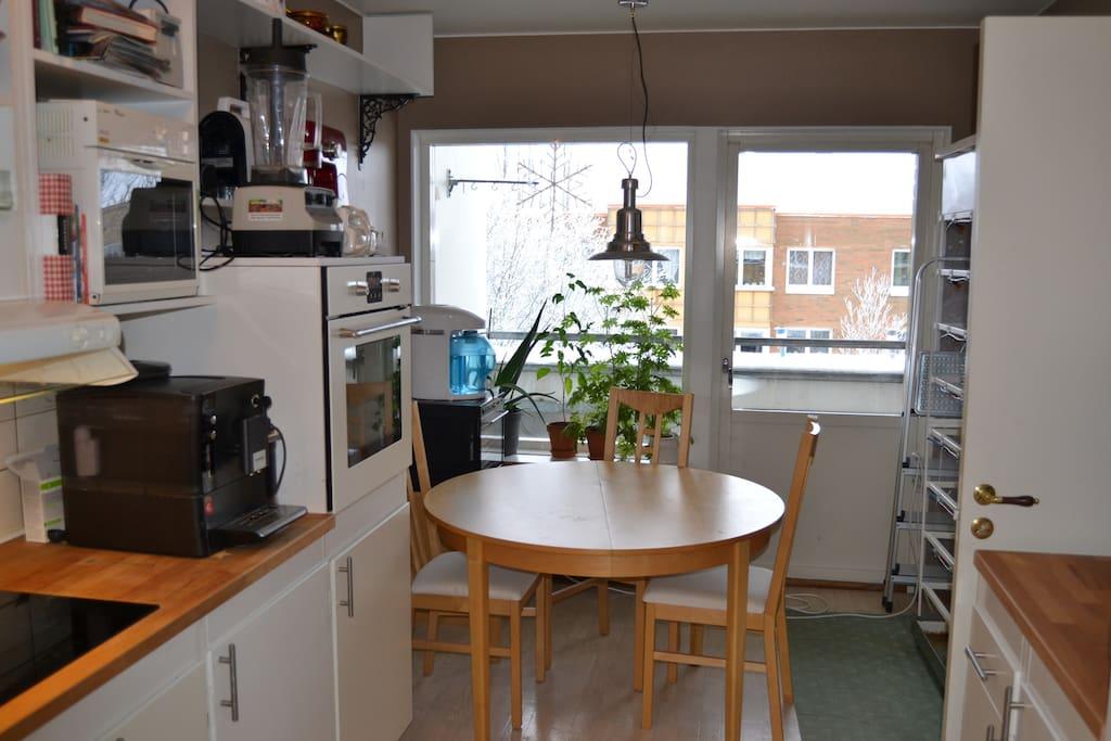 Köksbord med utsikt över innergård