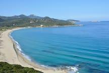 La plage de sable fin de Lozari (15km & 20mn) avec parking gratuit et activités