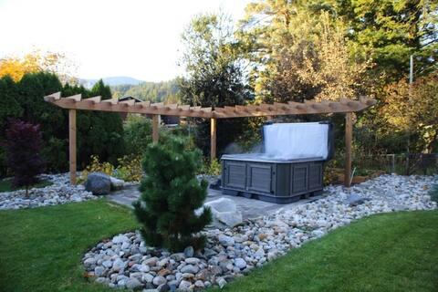 Kawkawa Lake Suite with Hot Tub