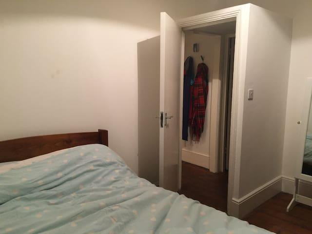 Quiet double room in cosy period flat