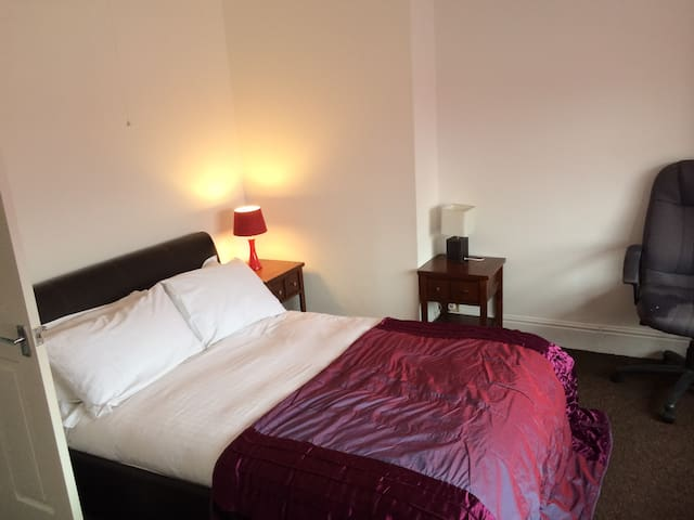 Very nice master bedroom - Hessle - Hus