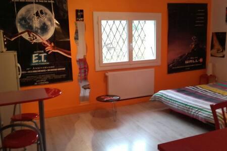 chambre spacieuse indépendante