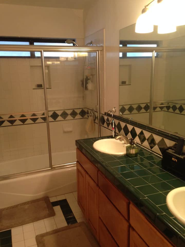 PRIVATE ROOM+DEN WITH PRIVATE ENTRY IN TOLUCA LAKE