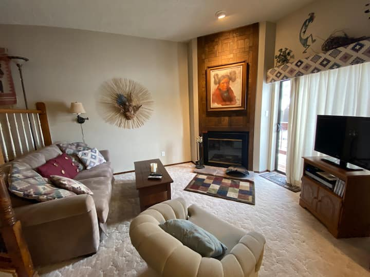 Cozy condo, walking distance to Angel Fire Resort!