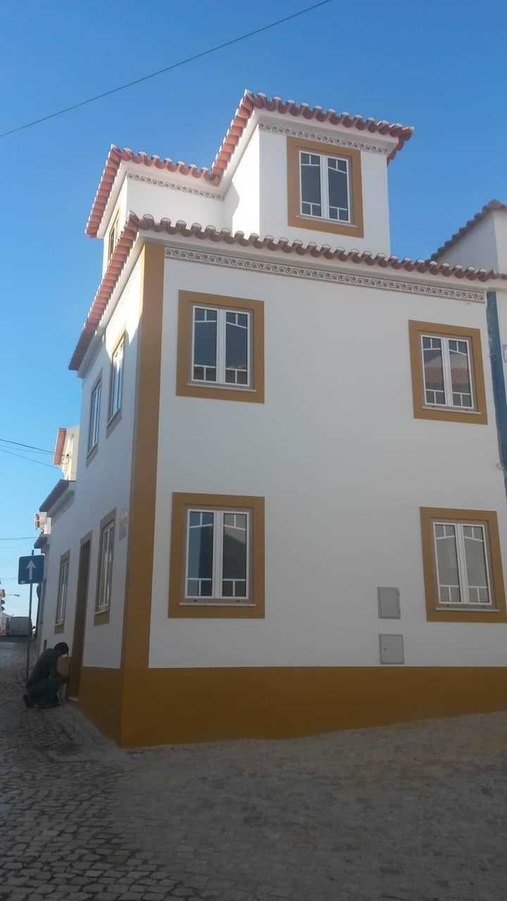 Yellow House - Ericeira center by the beach