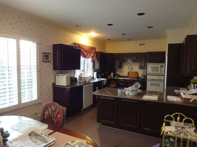 Nice aupair suite 10 miles from White House