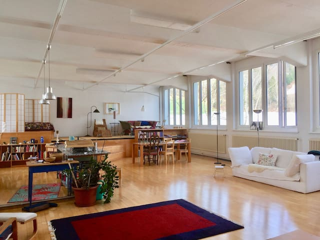 grosse helle Atelierloft im Grünen