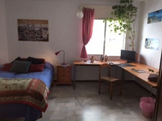 Nettes Privatzimmer mit eigenem Badezimmer - San Pedro Alcántara - Bed & Breakfast
