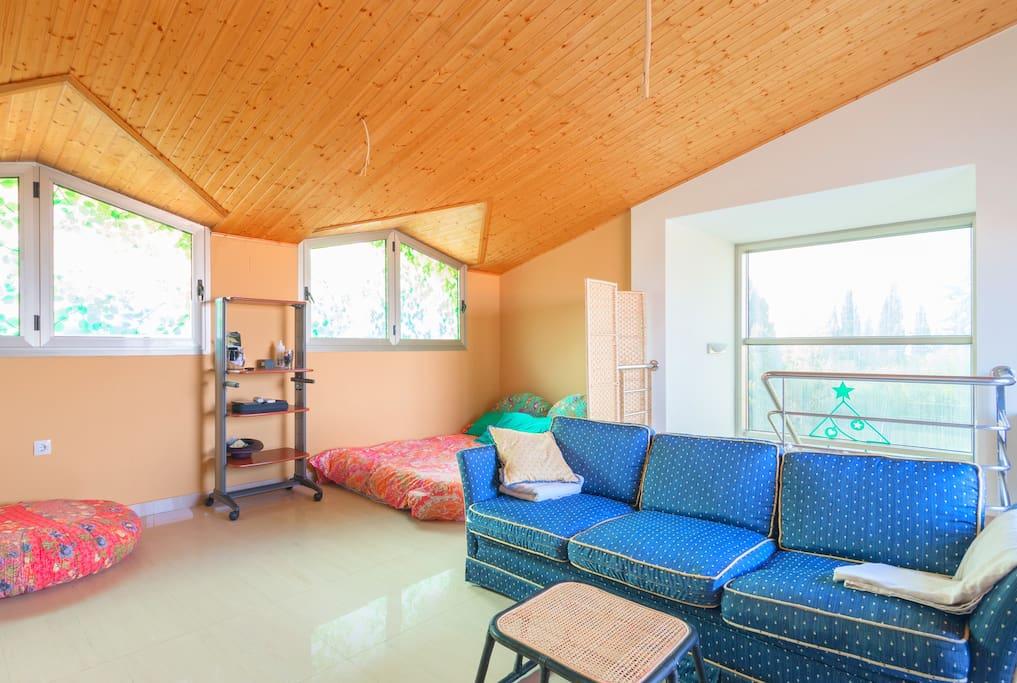 Gran habitaci n abuhardillada en campo de golf chalets for Alquilar habitacion en murcia