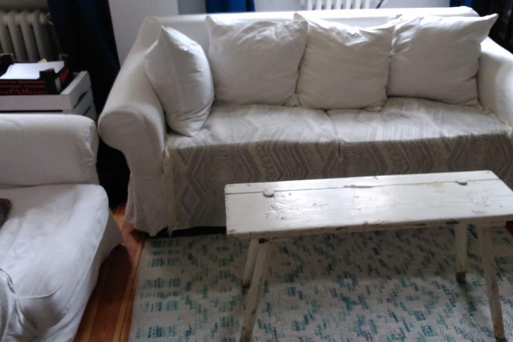 Wohnraum mit sofa und zwei Sesseln