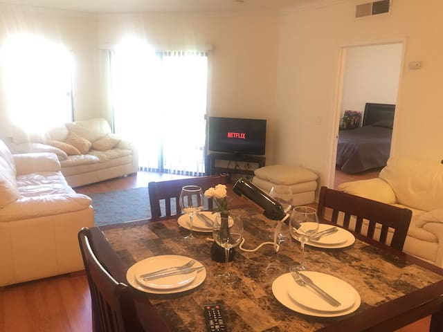 Quiet and light 1bd with free parking in DTLA.