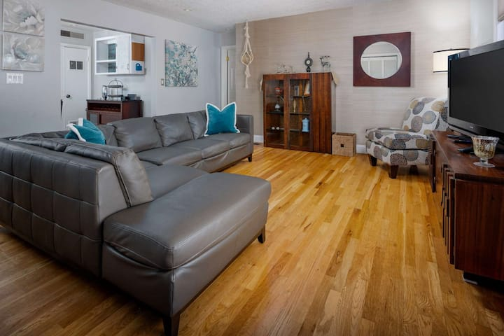 Superb Location, Single Lvl, Fenced Backyard, Ping Pong, Under 7 Miles to Portland, 2 Miles to Nike