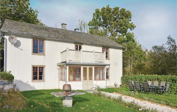 Holiday cottage with 4 bedrooms on 179m² in Mellerud