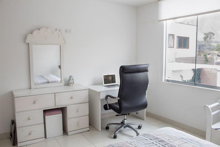 Habitación 3. Cuenta además con una zona de trabajo con mesa y silla cómoda e independiente.