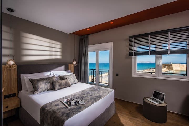 Master bedroom with queen size bed and sea view