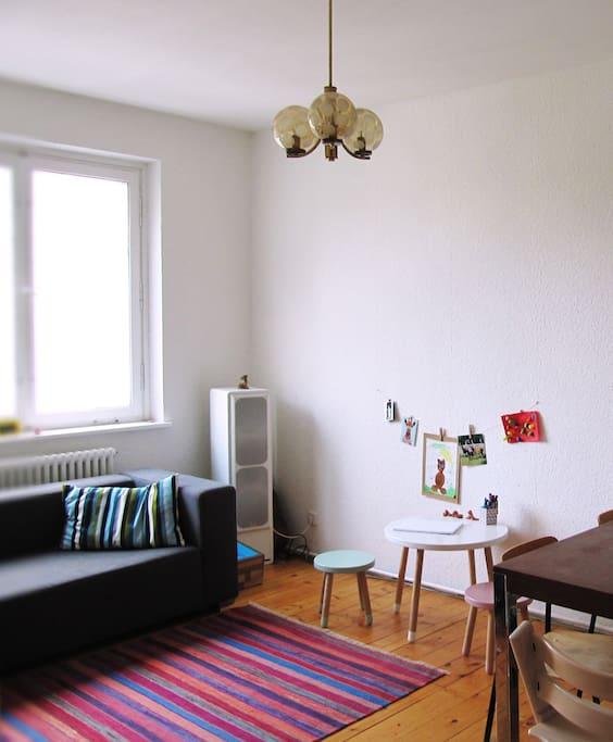 Wohnzimmer (Couch und Kindertisch)