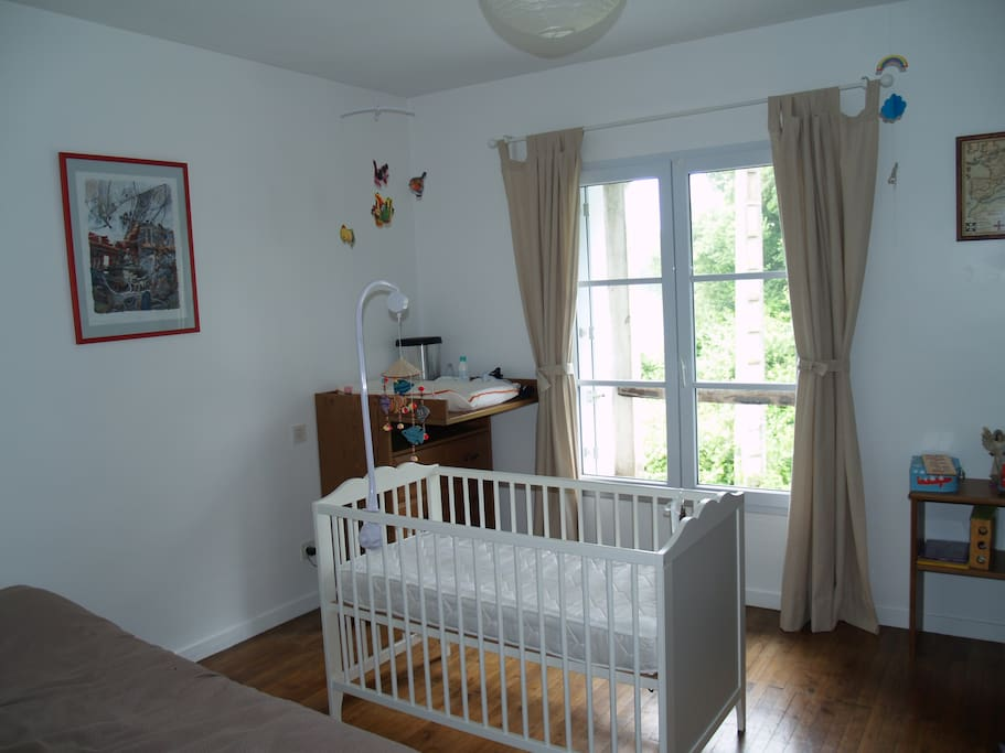 Chambre d'enfant avec un lit de bébé, un lit une place 1/2 et un canapé lit 2 places (hors champs de la photo)