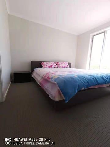 明亮宽敞 清洁 整洁的卧室 特大号双人床