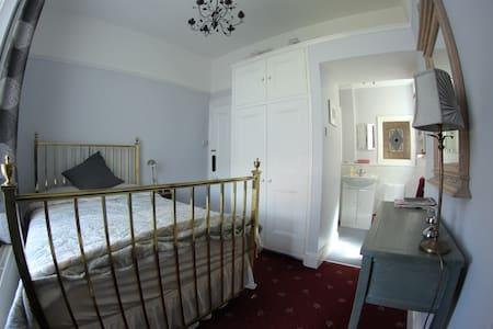 En-suite in spacious & central Victorian house
