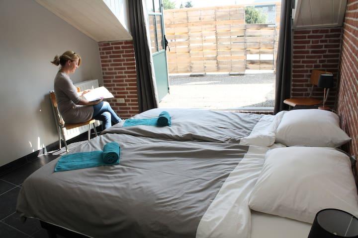 Heerlijke kamer met dakterras in bijzondere logie - Baarle-Hertog - Bed & Breakfast