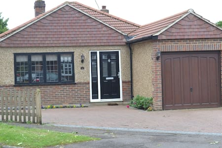 2 bed bungalow in heart of village - Epsom - 小平房