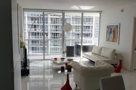 Iconic Fun/Modern 2/2 in Brickell - Great Views - Miami