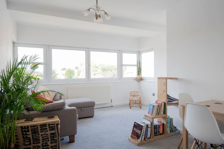 Holiday in Hove- 2 bedroom apartment with balcony!
